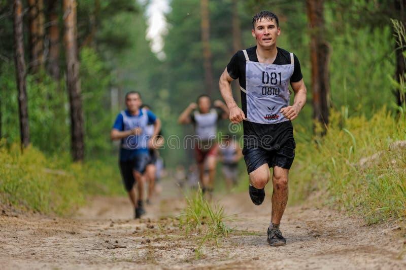 Fluage d'athlètes sous le barbelé Tyumen Russie image libre de droits