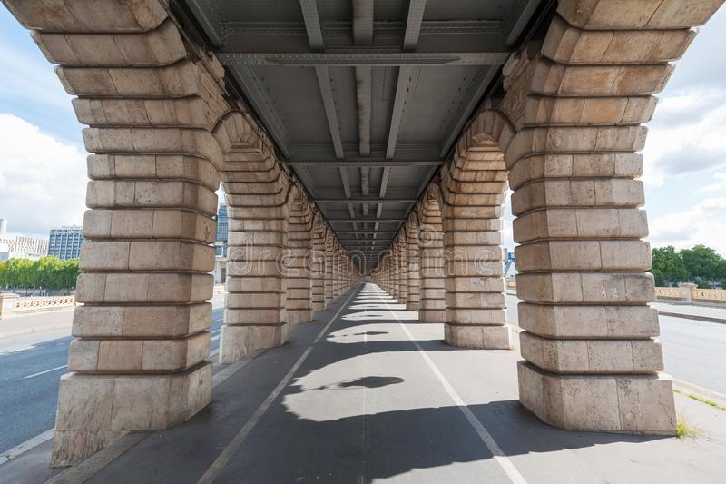 Fluchtpunktansicht von unterhalb Bercy-Brücke in Paris stockfoto