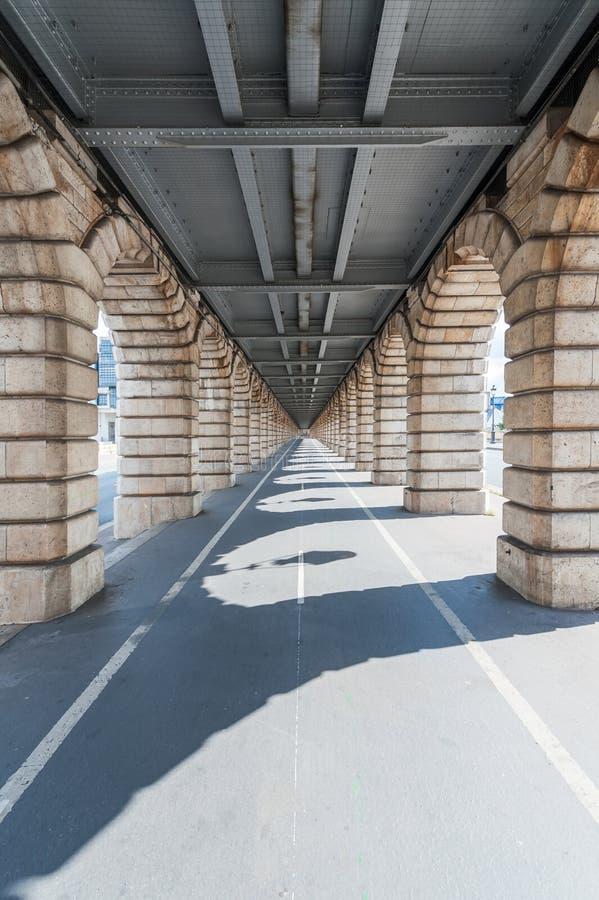 Fluchtpunktansicht von unterhalb Bercy-Brücke in Paris stockfotos