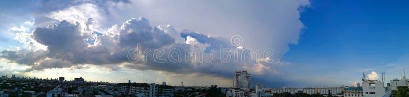 Fluffiga moln för panorama i staden royaltyfri bild