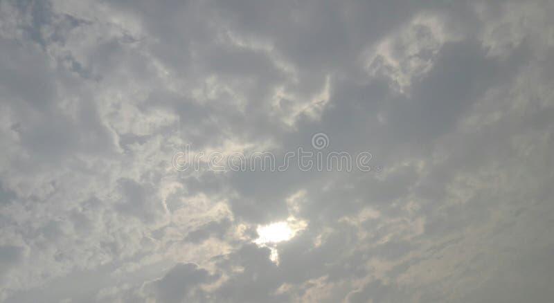 fluffiga moln i himmelbeläggningsol royaltyfri foto