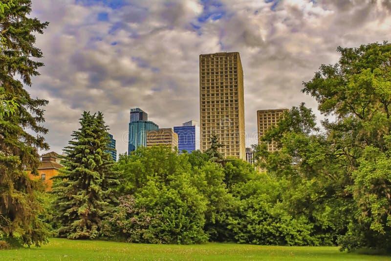 Fluffiga moln som omger i stadens centrum Edmonton arkivfoto