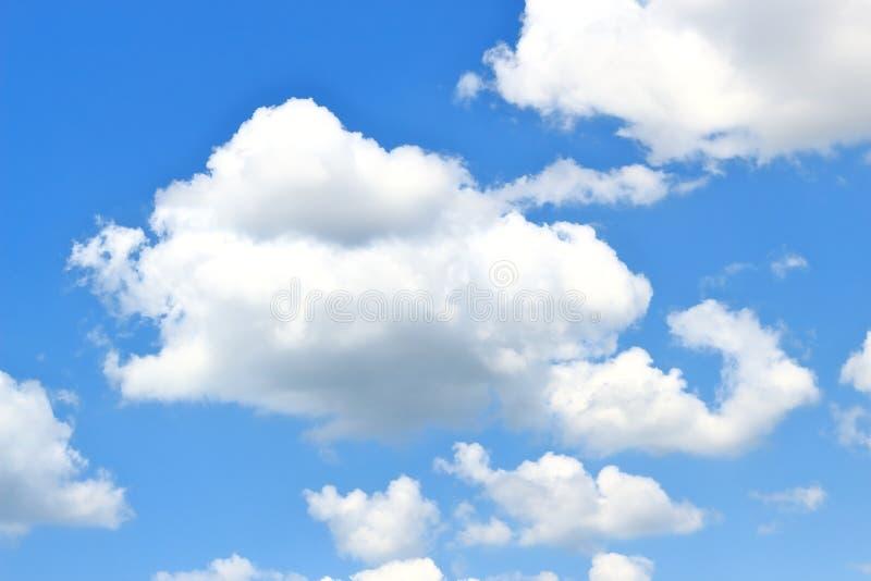 Fluffiga vita stackmolnmoln på en bakgrund för djupblå himmel fotografering för bildbyråer