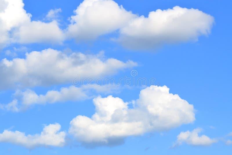 Fluffiga vita stackmolnmoln på en bakgrund för djupblå himmel arkivbild