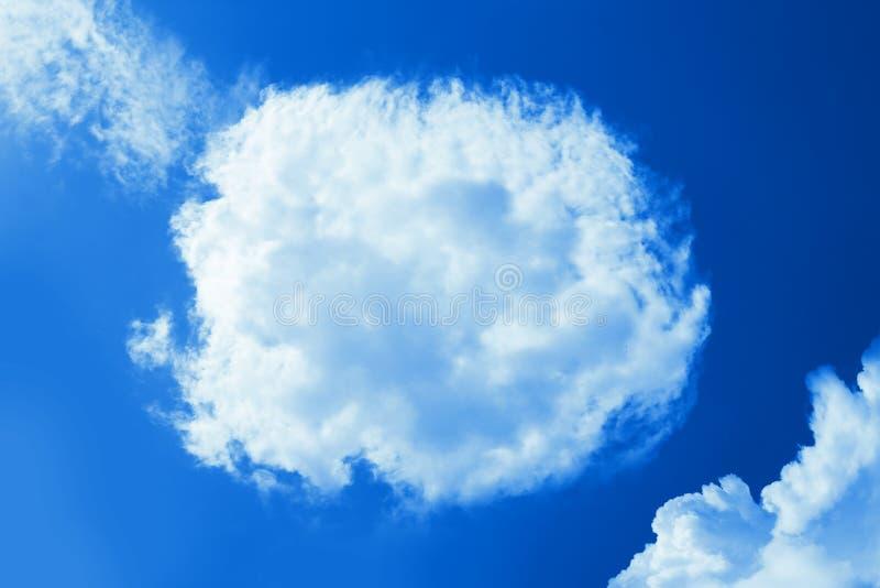 Fluffigt runt moln i klar blå himmel Fridsam naturlig bakgrund för molnig himmel, ram Solig dag ljus Gudomlig glänsande bakgrund arkivfoto