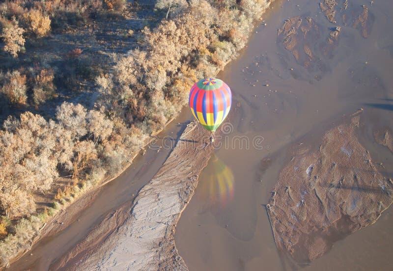 Flug über dem Fluss stockbild