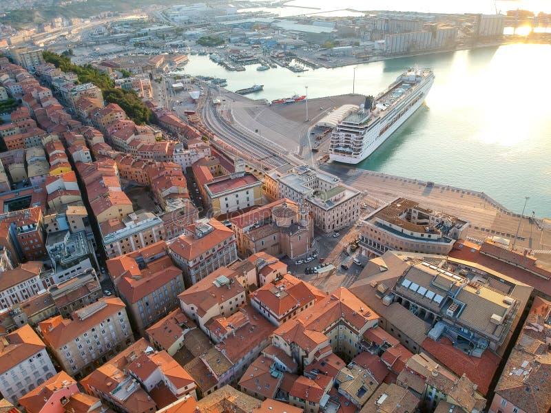 Flug über dem Hafen von Ancona Italien stockfotografie