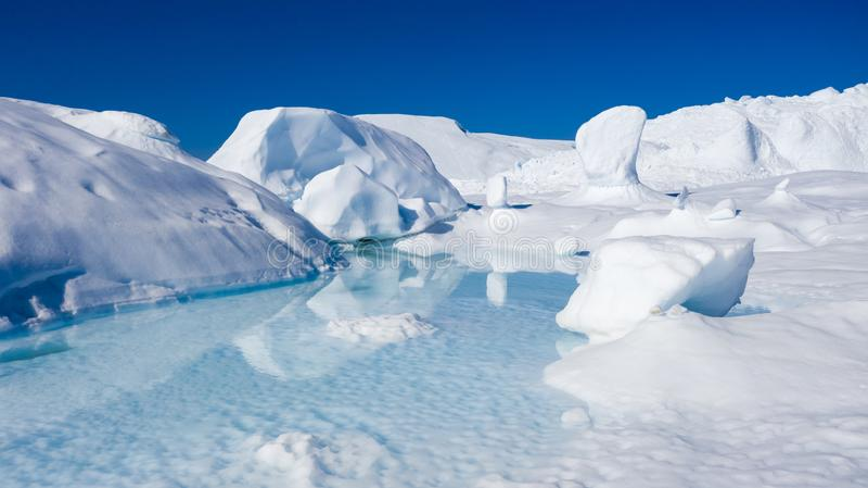 Flug über Eisbergen und Schießen von gefriert in einer kurzen Entfernung Eine Eisbergoberfläche mit Auftauenspuren Forschung eine lizenzfreie stockfotos