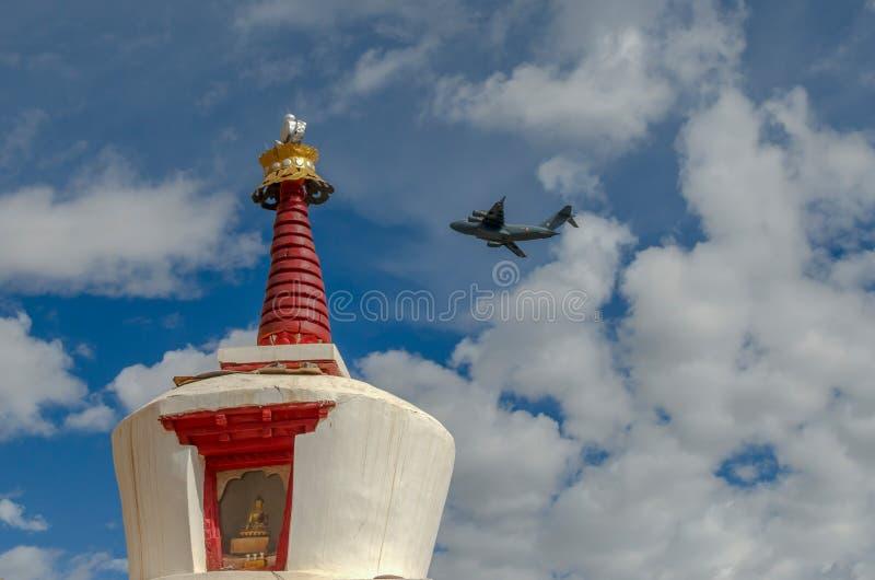 Flug über stupa in Spituk-Kloster, Himalaja lizenzfreies stockbild