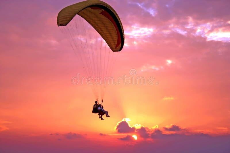 Flug von paroplane stockfotos