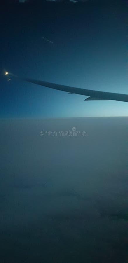 Fluga ?ver molnet p? atlantiskt royaltyfria foton