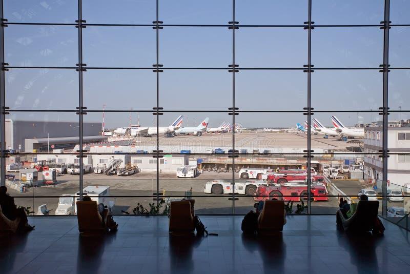 Fluggäste, die ihre Flüge warten stockfotografie