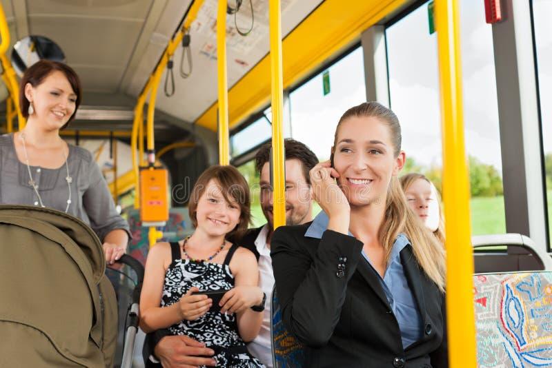 Fluggäste in einem Bus lizenzfreies stockbild