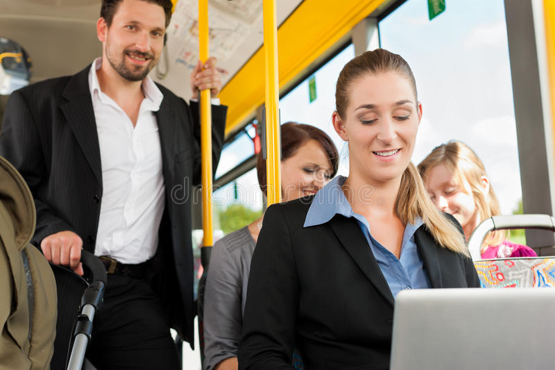 Fluggäste in einem Bus lizenzfreie stockfotos