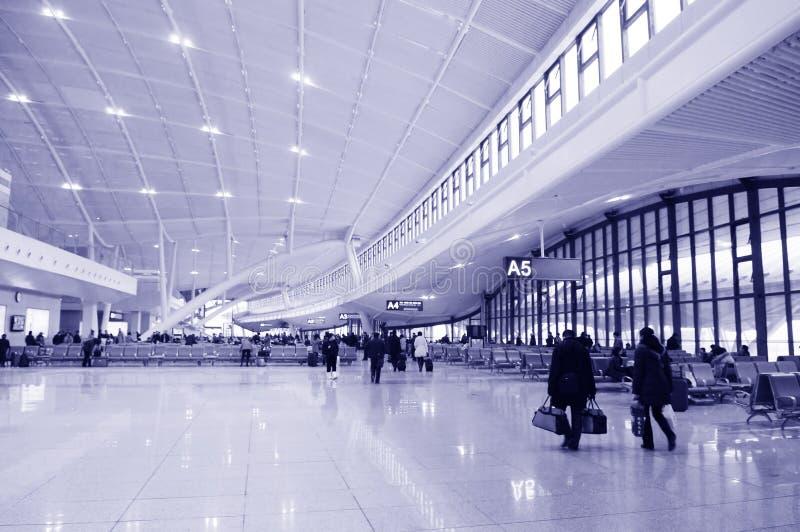 Fluggast am Flughafen lizenzfreies stockbild