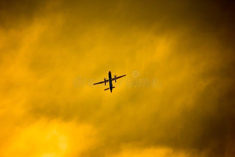 Fluggast-Startschuss bei Sonnenuntergang lizenzfreie stockfotos
