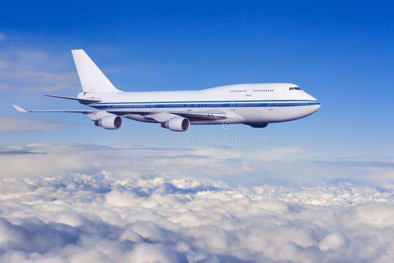 Fluggastflugzeug in den Wolken stockbild