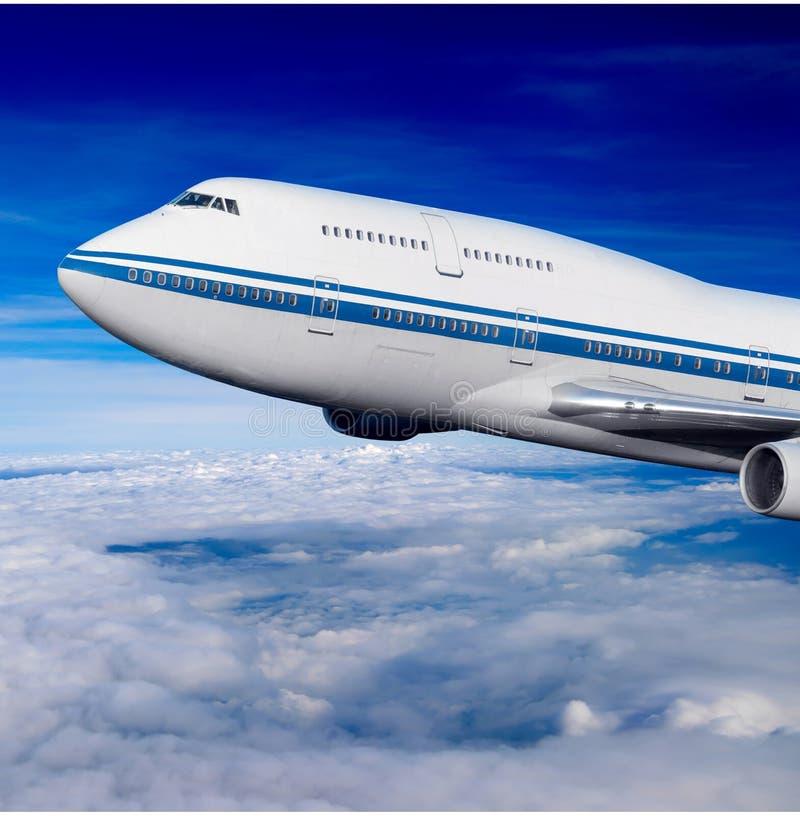 Fluggastflugzeug in den Wolken stockfoto