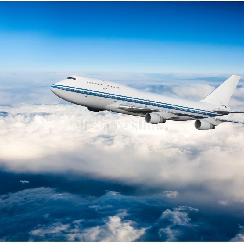 Fluggastflugzeug in den Wolken stockbilder
