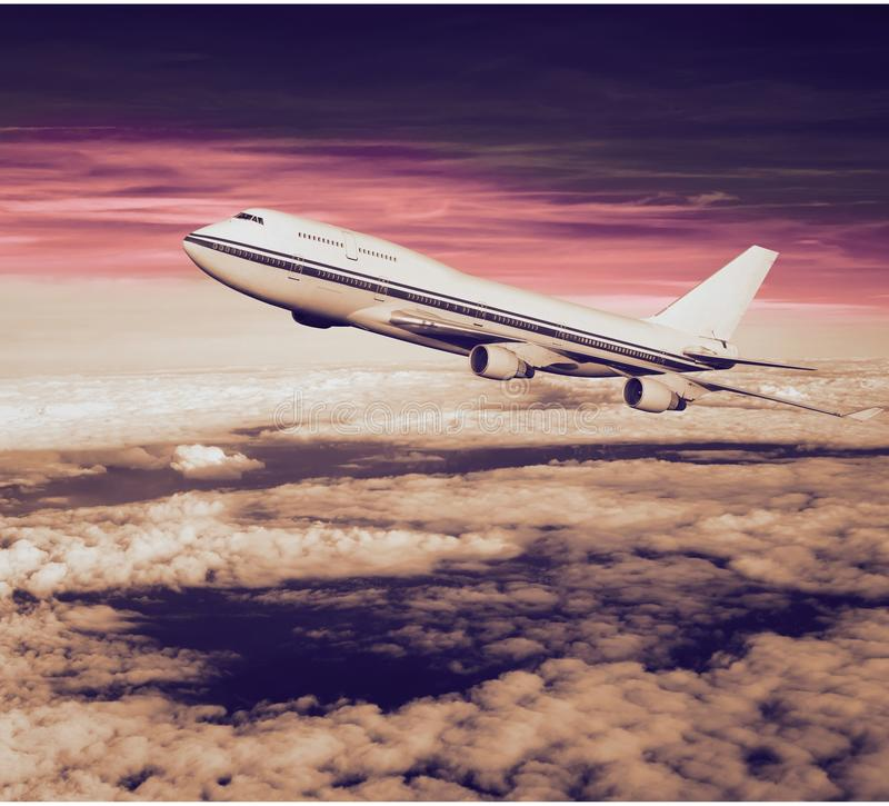 Fluggastflugzeug in den Wolken lizenzfreie stockbilder