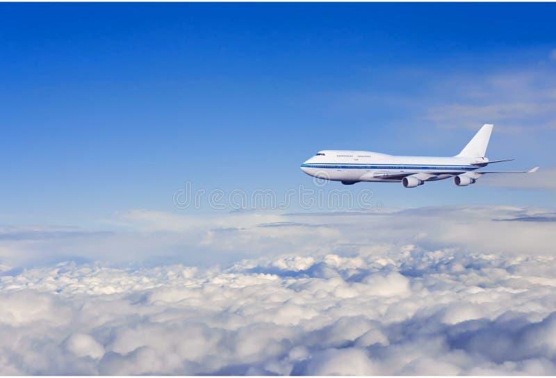 Fluggastflugzeug in den Wolken stockfotografie