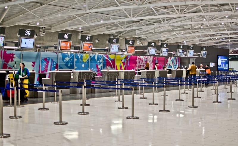 Flughafen überprüfen innen lizenzfreies stockbild