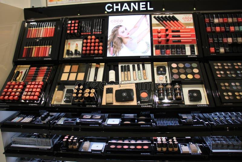 Flughafen Amsterdams Schiphol, die Niederlande - 14. April 2018: verschiedene luxuriöse Chanel-Kosmetikprodukte stockbilder