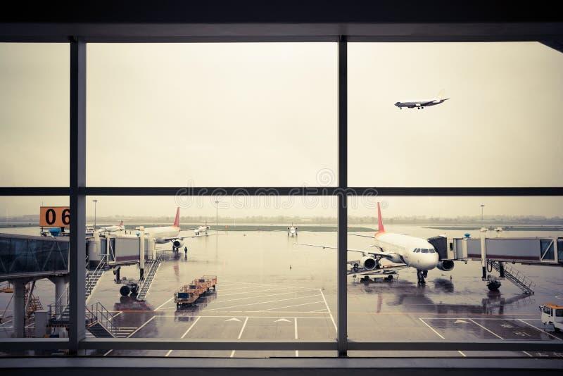 Flughafen außerhalb der Fensterszene lizenzfreie stockfotos