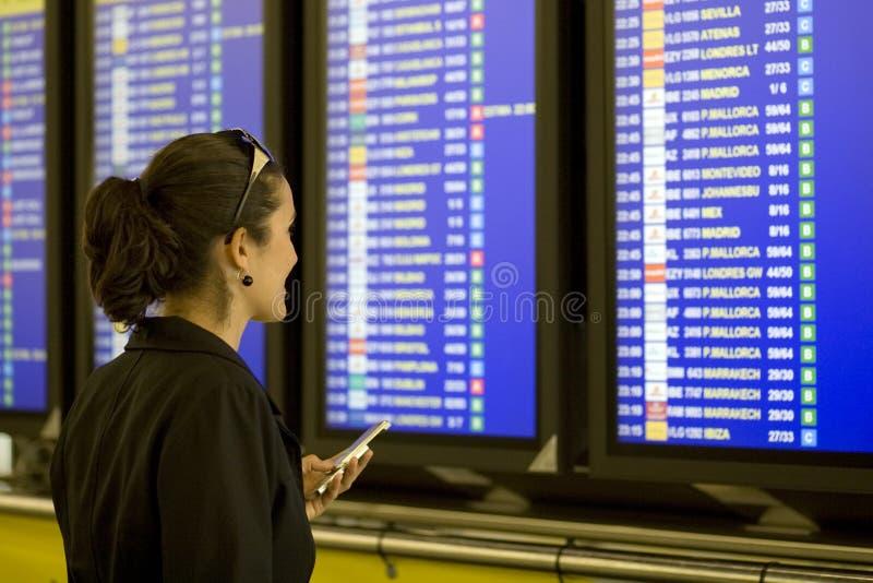 Flughafen-Frau mit Mobiltelefon lizenzfreies stockbild