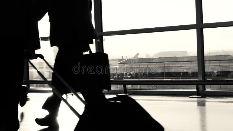 Flughafen-Geschäftsreisender-Schattenbild lizenzfreies stockfoto