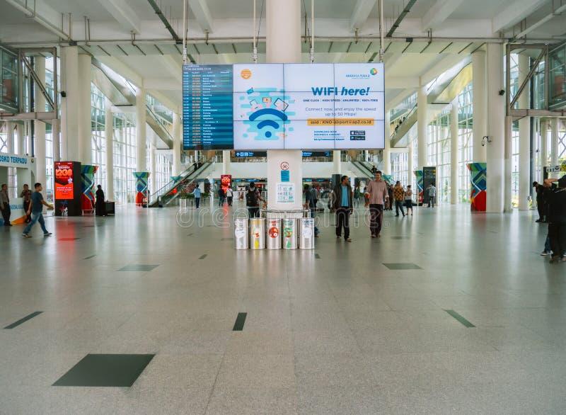 Flughafen heben auf und setzen Bereich mit Flug-Informations-Bildschirm ab stockfoto