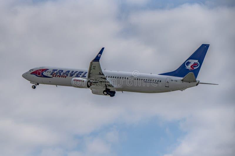 Flughafen Prag Ruzyne-LKPR, Boeing 737-900 Reise-Dienstleistungen stockfotografie