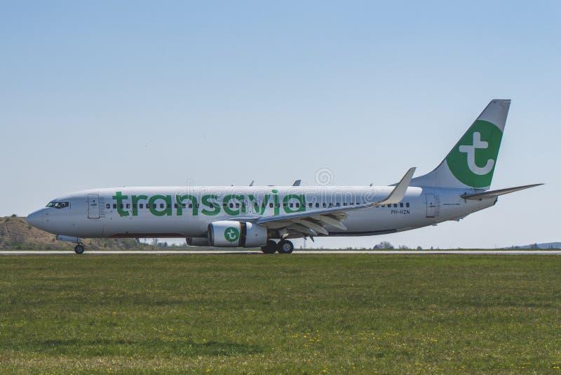 Flughafen Prag Ruzyne-LKPR, Boeing 737-800 Transavia lizenzfreie stockbilder