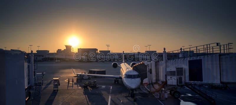 Flughafen-Sonnenuntergang Stockbild