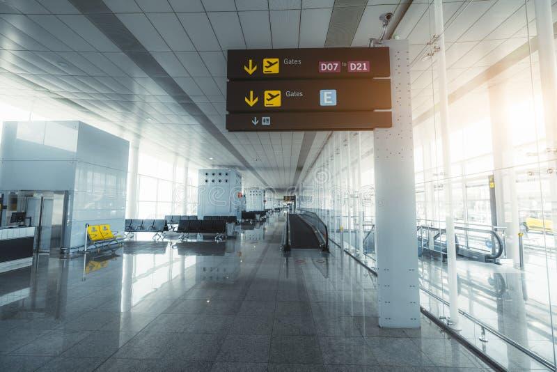 Flughafenabfahrthalle mit Wegweiser stockbilder