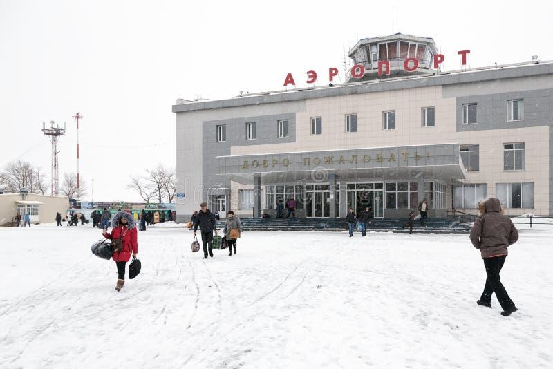 Flughafenabfertigungsgebäude Petropawlowsk-Kamchatsky (Yelizovo-Flughafen) und Bahnhofsplatz mit Passagieren lizenzfreies stockfoto