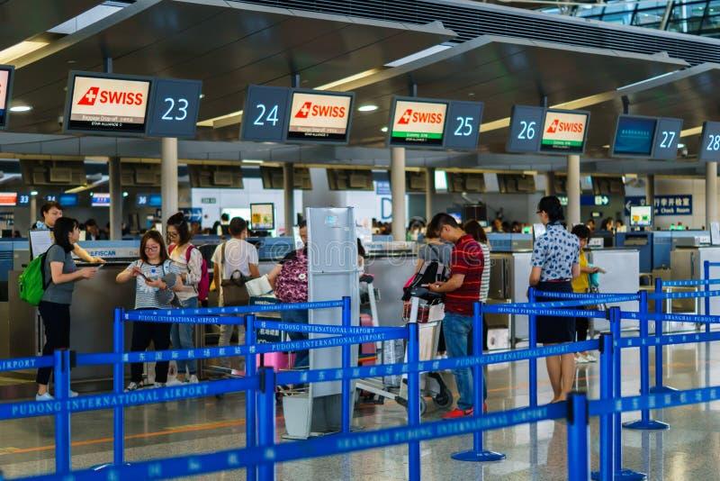 Flughafenabfertigungsschaltersteuerung, Schweizer Luft, Shanghai Pudong-Flughafen, China lizenzfreie stockfotos