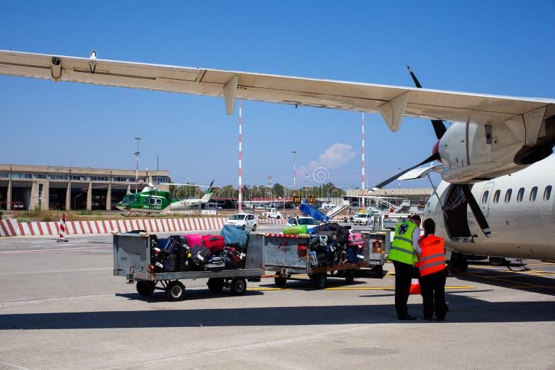 Flughafenarbeitskräfte, die nachdem das Flugzeug gelandet steuern lizenzfreie stockbilder