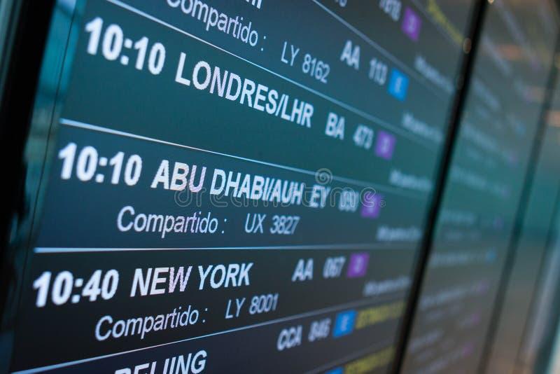 Flughafenbrettabfahrt kündigt den folgenden Flugzeitplan an lizenzfreies stockbild