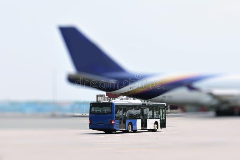 Flughafenbus und -flugzeug lizenzfreie stockbilder