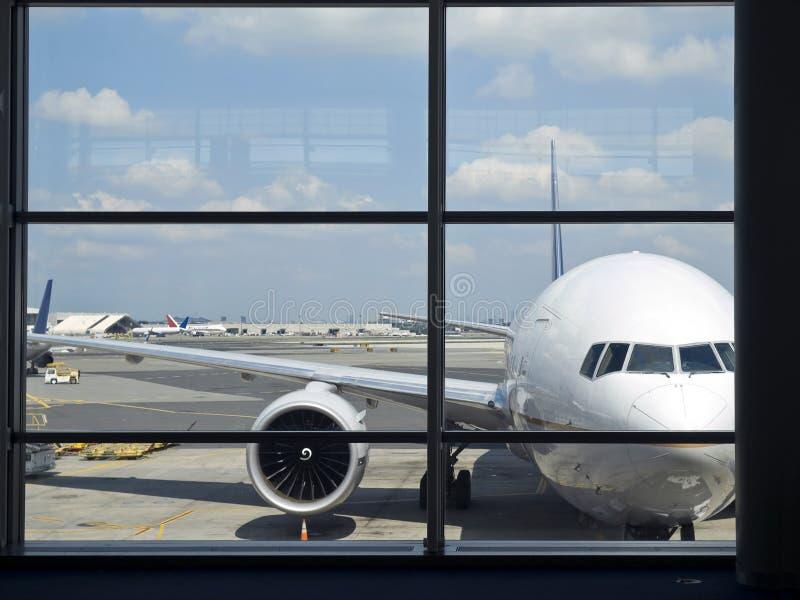 Flughafenfenster stockbild