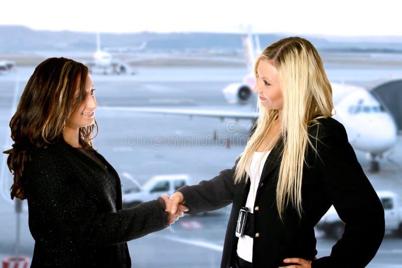 Flughafengeschäftshändedruck lizenzfreie stockfotos