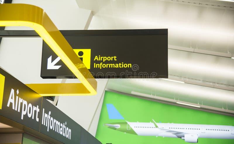 Flughafenhinweiszeichen für das Helfen Passagiere lizenzfreie stockfotos