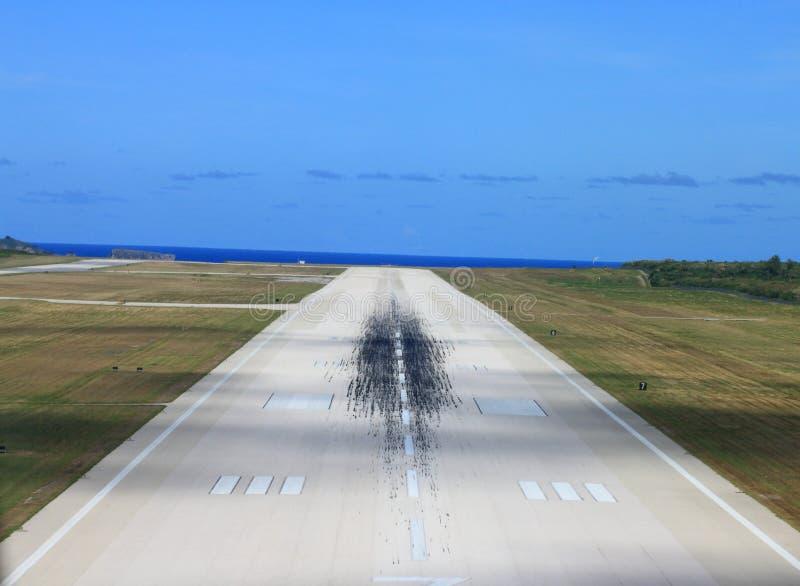 Flughafenlaufbahn stockfotos
