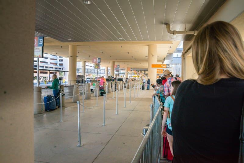 Flughafenlinie Las Vegass McCarran für das Taxi, das hinter Barrikade sich bildet stockfotos
