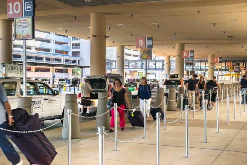 Flughafenpassagiere Las Vegass McCarran, die ihre Weise durch die Taxilinie machen lizenzfreie stockfotos