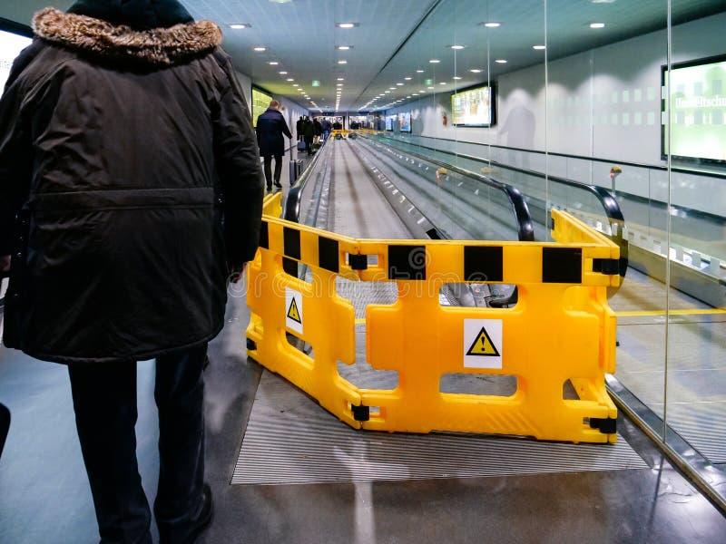 Flughafenszene mit Arbeitskräften von beweglichem Gehweg ThyssenKrupps stockbild