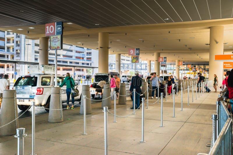Flughafentaxis Las Vegass McCarran, die oben Passagiere laden lizenzfreie stockfotografie