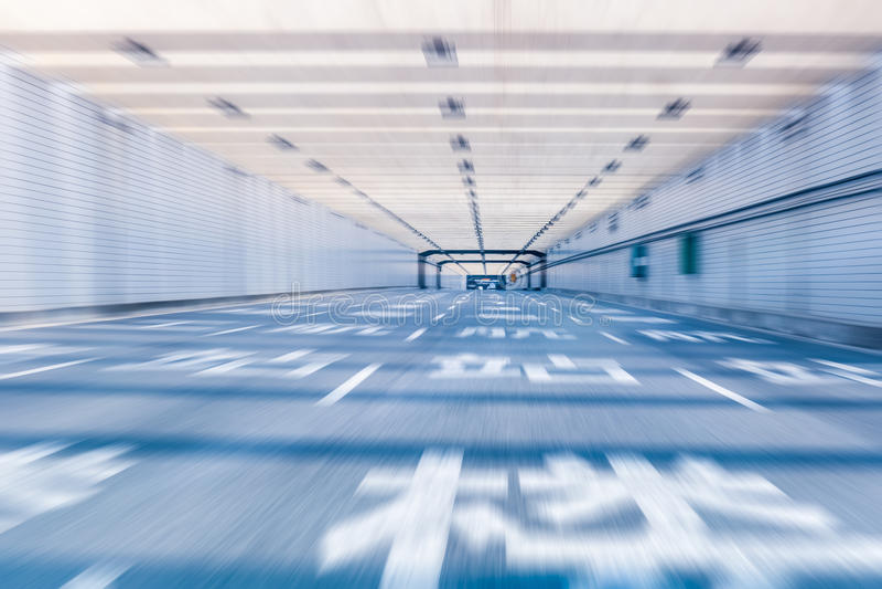 Flughafentunnellandstraße lizenzfreie stockbilder