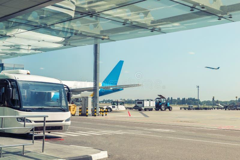 Flughafenumwelt und -dienstleistungen Shuttlebus-Wartepassagiere am Terminalgebäude Große Handelsfläche auf Flugplatz lizenzfreie stockfotos